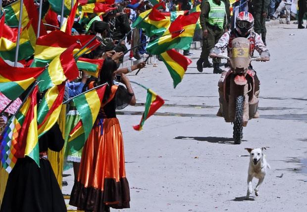 Cão invade a pista e rouba a cena em rali na Bolívia (Foto: Jean-Paul Pelissier/Reuters)