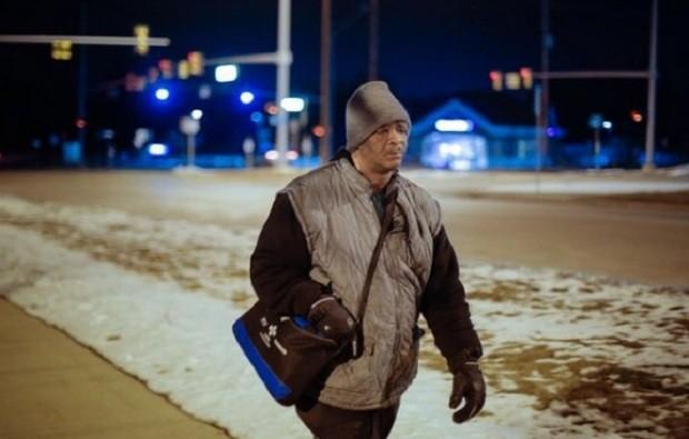 Americano que caminhava 33 km todos os dias ganha um carro para ir trabalhar