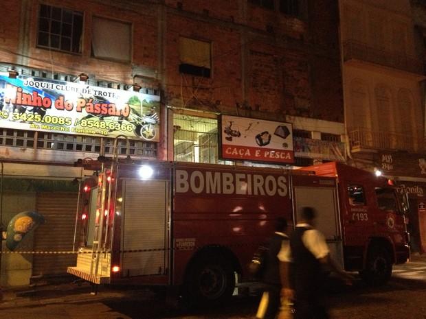 Mulher provocou um incêndio no Centro de Porto Alegre (Foto: Gabriela Duarte/RBS TV)