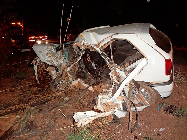 Carro ficou destruído após acidente na BR-135, em Barreiras, Bahia (Foto: Blog do Sigi Vilares)