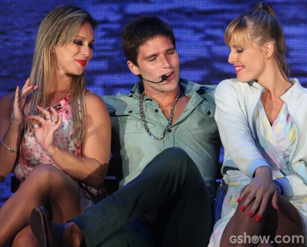 Se deu bem! Jonatas Faro entre duas moças em sua apresentação (Foto: Pedro Curi / TV Globo)