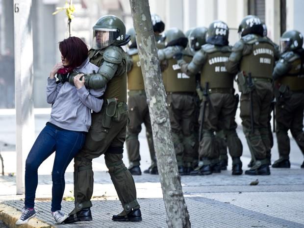 Estudante é detida pela polícia em Santiago, no Chile, durante manifestação contra projeto de reforma educacional do governo, na quinta (15) (Foto: AFP Photo/Martin Bernetti)
