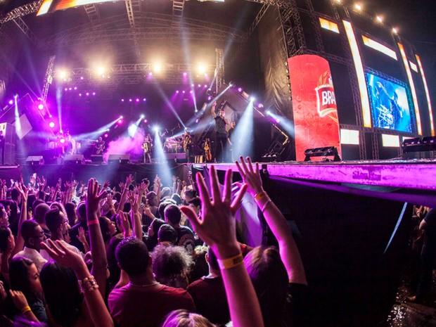 Público acompanha show na arena em Jaguariúna (Foto: Fifo Albertoni)