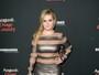 Ex-atriz mirim desfila look sensual com transparências em tapete vermelho