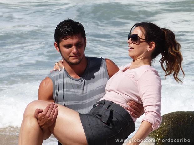Bruno Gissoni e Dabiela Escobar gravaram cenas de Flor do Caribe em uma praia deserta (Foto: Flor do Caribe / TV Globo)