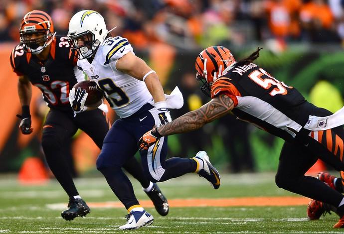 Danny Woodhead e Emmanuel Lamur NFL San Diego x Cincinnati (Foto: Reuters)