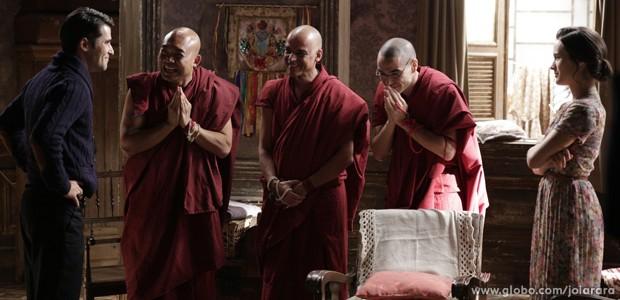 Franz anuncia aos monges que ele, Pérola e Amélia vão aos Himalaias (Foto: Fábio Rocha/ TV Globo)