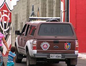 pm na toca do leão em treino do vitoria (Foto: Imagens/TV Bahia)