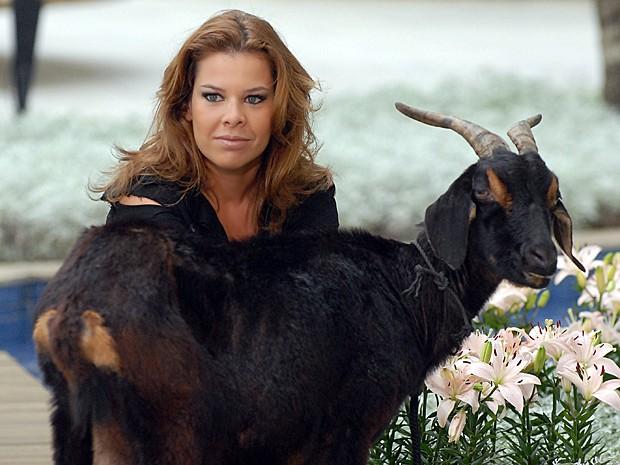 Na novela Ti Ti Ti, Fernanda fez a socialite Thaísa e contracenou com uma cabra (Foto: Alex Carvalho / TV Globo)