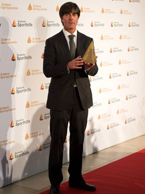 Joaquim Löw, técnico da Alemanha, doa premiação de 25.000 de euros a refugiados (Foto: AFP/DPA/Daniel Reinhardt)