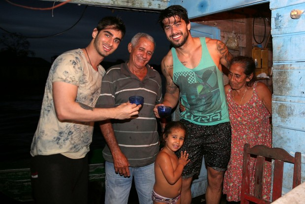 Renan com família ribeirinha (Foto: Denilson santos/AgNews)