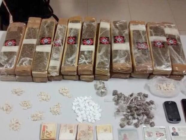 Droga estava dentro do carro e com três suspeitos (Foto: Divulgação/J. Serafim)