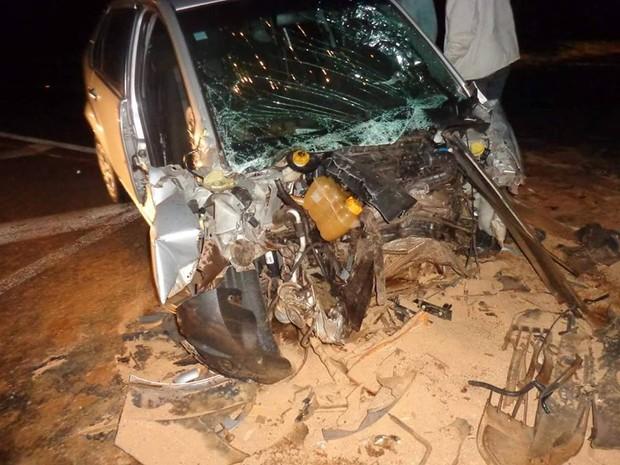 Carro ficou totalmente destruído após a batida (Foto: Corpo de Bombeiros/ Divulgação)