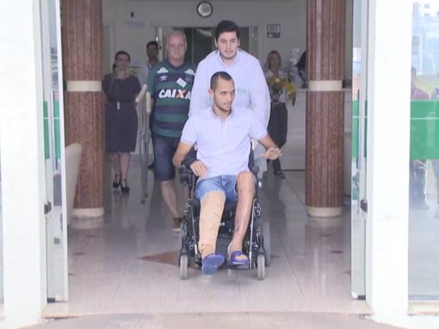 Neto recebeu alta após uma semana internado em Chapecó (Foto: Reprodução/RBSTV)