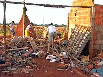 Vendaval provocou estragos para moradores da região. (Foto: Reprodução/TVCA Tangará da Serra)