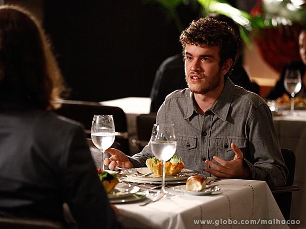Sidney ouve a história de Claudio, mas não aceita bem a notícia (Foto: Inácio Moraes / TV Globo)