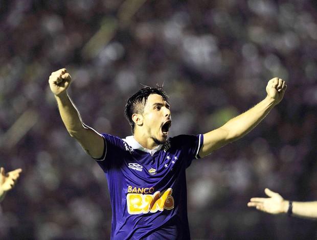 Willian comemora gol do Cruzeiro contra o Vitória (Foto: Marcos Ribolli)