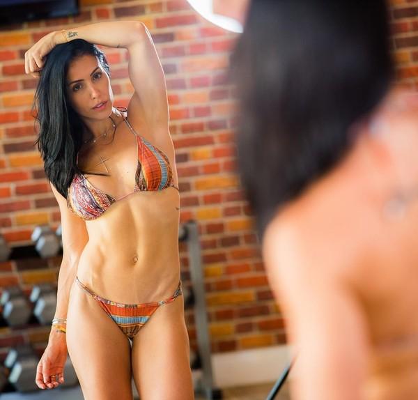 Bella Falconi posta foto de biquíni e volta a impressionar pela boa forma