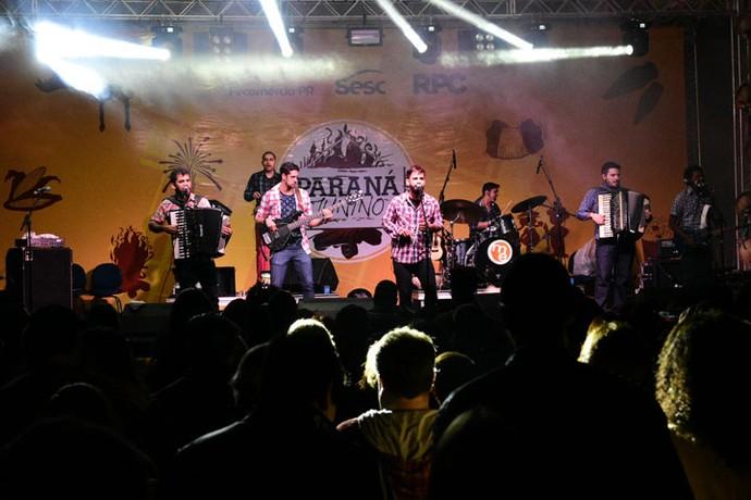 Os Gonzagas colocaram os paranaenses para dançar ao som do forró (Foto: Fernando Benega/RPC)