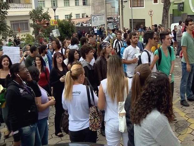 Manifestantes pedem melhorias no transporte e redução no número de vereadores (Foto: Reprodução EPTV)