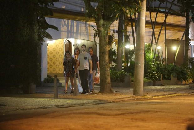 William Bonner passeia com a namorada, Natasha Dantas, o filho, Vinícius Bonemer e a nora (Foto: Thiago Martins/AgNews)