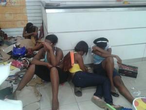 Mulheres foram presas após saques na Liberdade (Foto: PM/Divulgação)