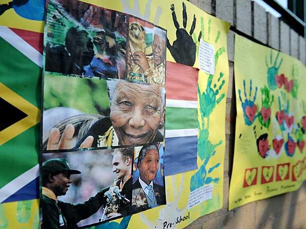 Cartazes de apoio a Nelson Mandela feitos por crianças. (Foto: Stephane de Sakutin / AFP Photo)