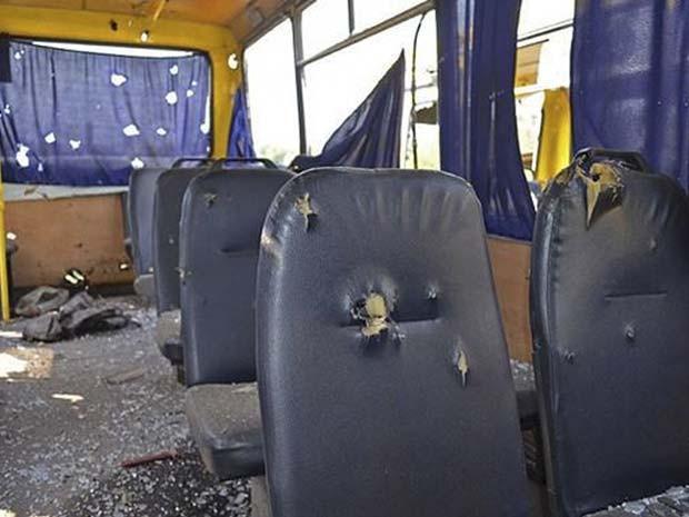 Imagem divulgada pelo Ministério do Interior da Ucrânia mostra ônibus destruído por bomba nesta terça-feira (13) na rigão de Donetsk (Foto: AP Photo/Ukrainian Interior Ministry)