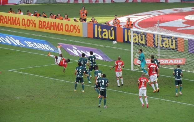 Paulão marca o gol de bicicleta para o Inter (Foto: Tomás Hammes / GloboEsporte.com)