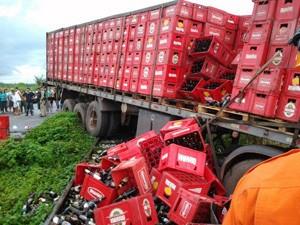 Caminhão após o acidente na BR-135 (Foto: Divulgação/Edvaldo Silva)