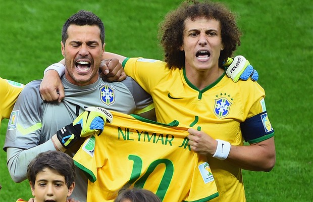 Julio César e David Luiz seguram a camisa de Neymar (Foto: Jamie McDonald/Getty Images)