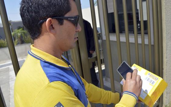 Cerca de 2 mil carteiros de todo o país já estão utilizando smartphones para atualizar em tempo real as informações sobre as entregas de encomendas (Foto: Wilson Dias/ABr)
