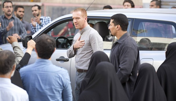 Brody (Damian Lewis) vira herói no Irã e dá entrevistas a todos os canais de TV (Foto: Divulgação/Reprodução)
