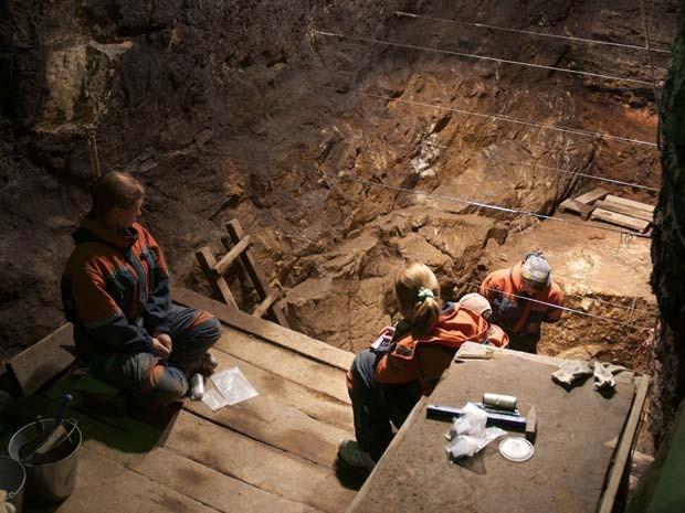 Escavação na caverna Denisova (Foto: Bence Viola)