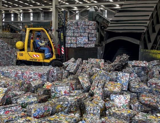 Latas usadas de alumínio chegam á fabrica da Novelis.A empresa parou de depender  da mineração (Foto: Roosevelt Cássio/ÉPOCA)