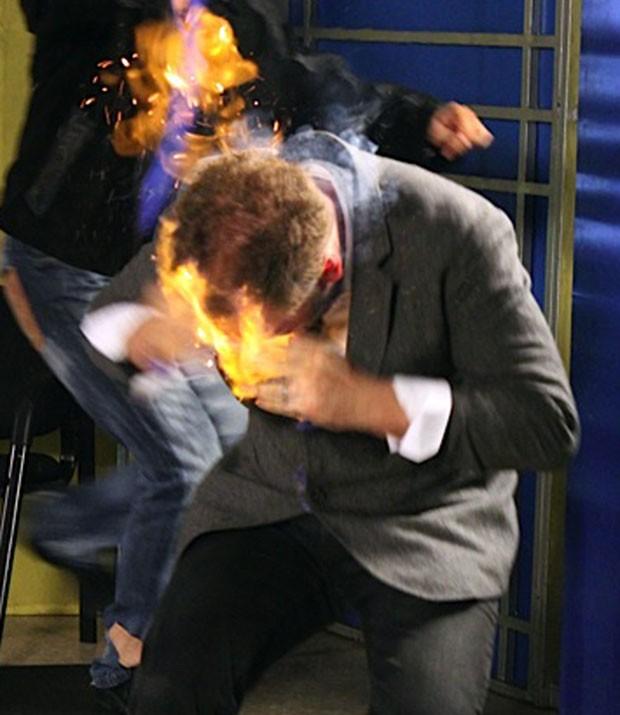 Mágico tenta apagar o fogo na própria cabeça em desespero (Foto: AP)