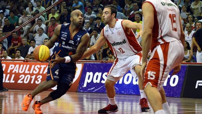 Larry leva Bauru à frente na vitória contra o Paulistano  (Foto: Caio Casagrande / Bauru Basket)
