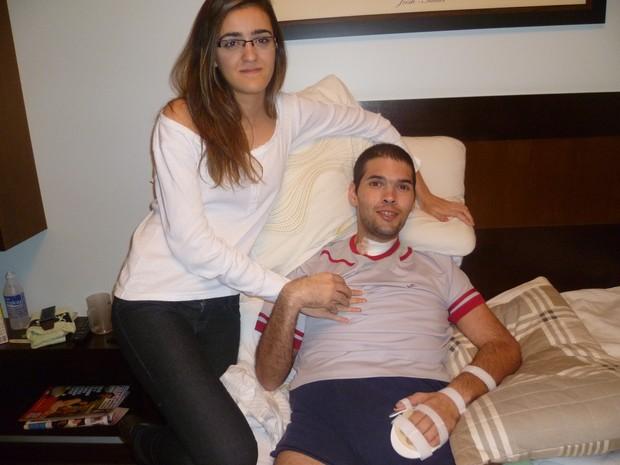 Thiago com uma amiga semanas após o AVC (Foto: Arquivo pessoal)