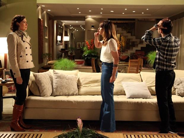 José Pedro sabe que a briga entre a mãe e a esposa não vai acabar bem  (Foto: Carol Caminha/TV Globo)