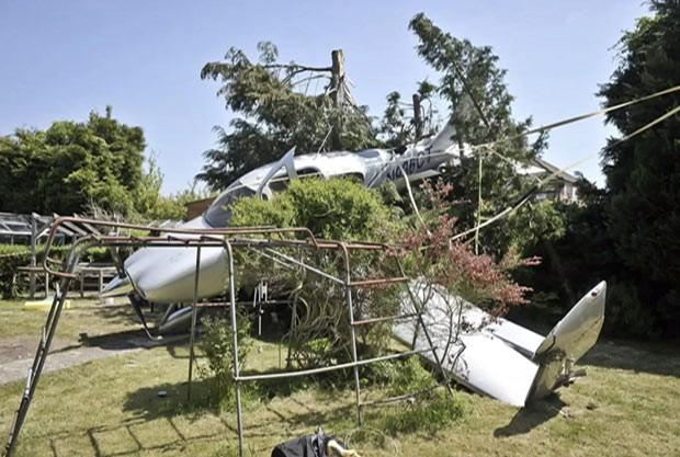 Avião cai de paraquedas em jardim na Grã-Bretanha (Foto: BBC)