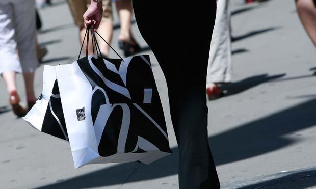 Após compras em loja de luxo, mulher encontra pedido de socorro em sacola