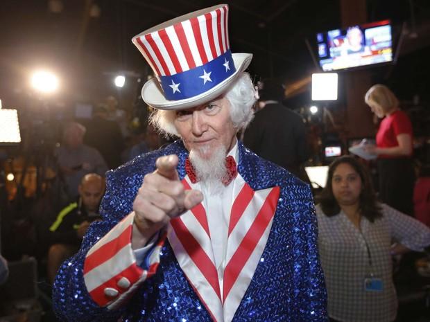 Apoiador do pré-candidato republicano Ted Cruz acompanha a apuração das votações desta Superterça em reunião no Texas vestido de Tio Sam, símbolo nacional (Foto: Erich Schlegel/Getty Images/AFP )