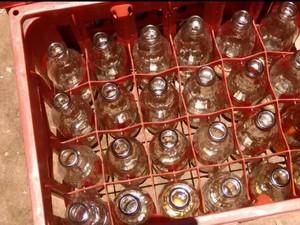Garrafas destampadas com água dentro foram encontradas na distribuidora (Foto: Reprodução EPTV)