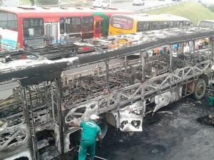 Ônibus é queimado no bairro de São Crisóvão, em Salvador (Foto: Tiago Ferreira/TV Bahia)