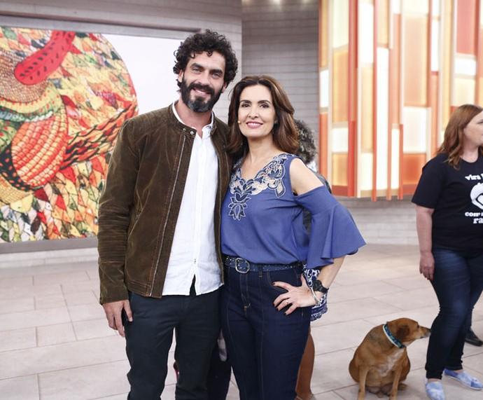 O ator Nikolas Antunes com a apresentadora nos bastidores  (Foto: Fábio Rocha/Gshow)