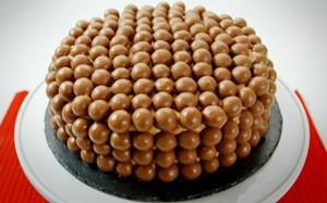 'Lorraine Pascale' - Bolo de chocolate com confeitos