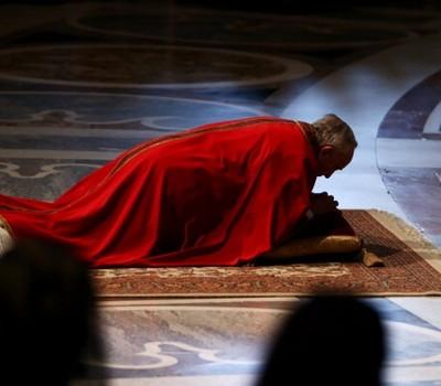 Papa Francisco reza deitado no chão antes de encenação da Paixão de Cristo