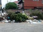 Calçada coberta por lixo preocupa moradores de São Vicente, SP