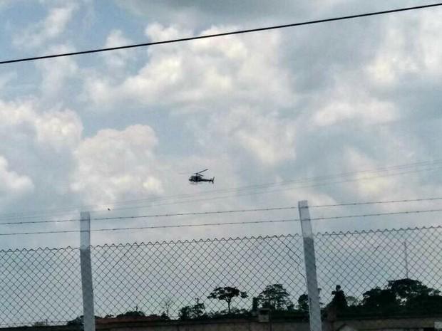 Helicóptero é usado para dar apoio durante tentativa de motim em presídio no Acre (Foto: Iryá Rpdrigues/G1)