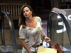 De shortinho, Viviane Araújo faz compras em shopping